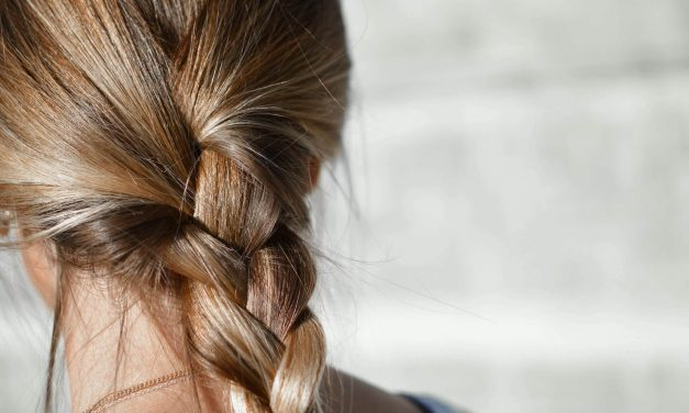 Chute de cheveux : 3 remèdes maison pour prévenir l'amincissement des cheveux