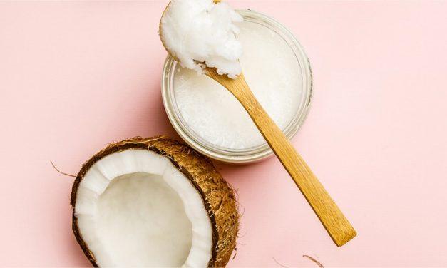Devriez-vous ajouter de l'huile de noix de coco à votre routine de soins de la peau ?