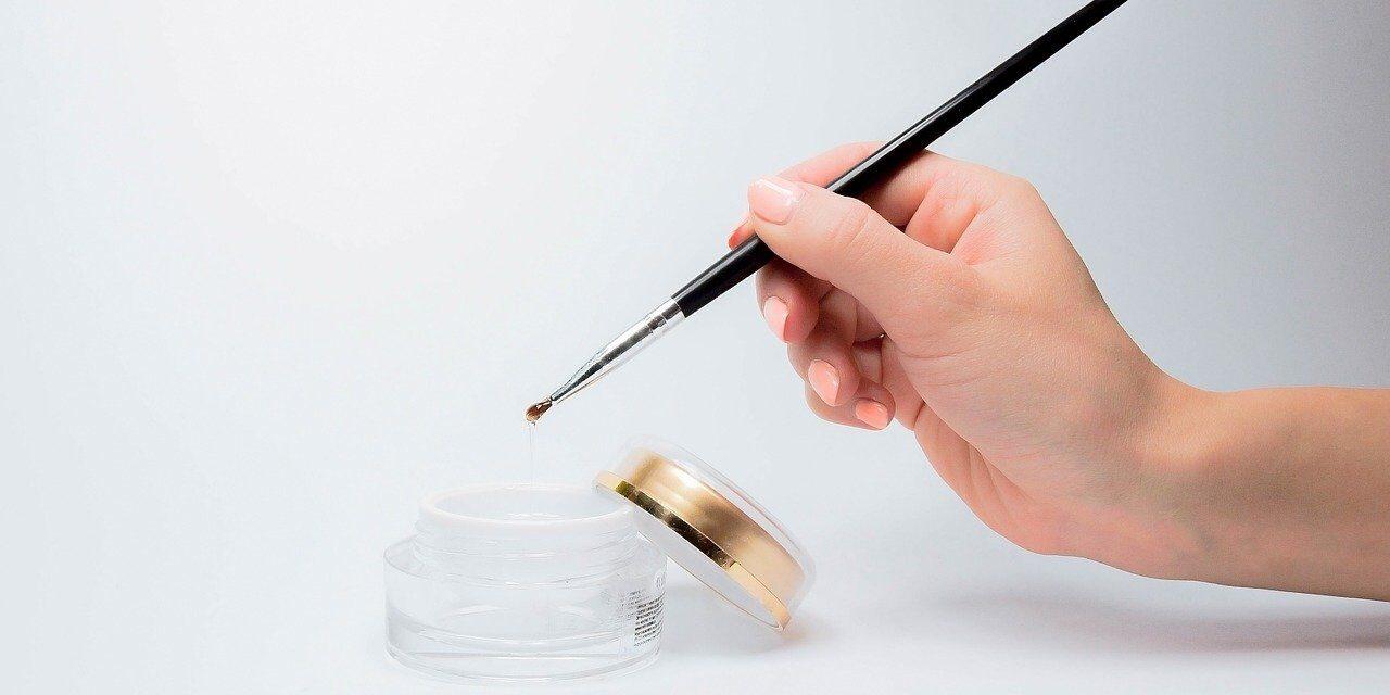 Des ongles blancs et dorés, un équilibre parfait entre le minimal et l'audacieux