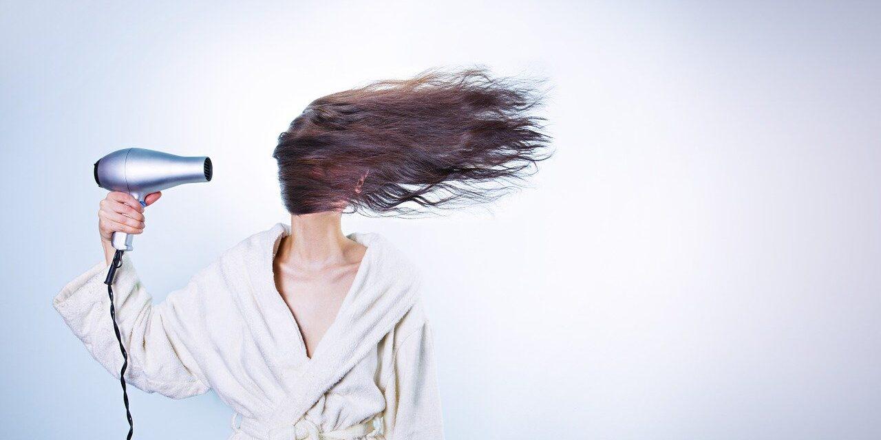 Comment réparer vos cheveux secs et cassants sans quitter votre maison ?